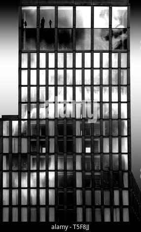 La fotografia della moderna facciata di vetro di un grattacielo. Immagini Stock