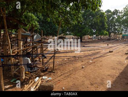 Gli uomini africani la tessitura in un tradizionale fabbrica tessile, Savanes distretto, Waraniene, Costa d'Avorio Immagini Stock