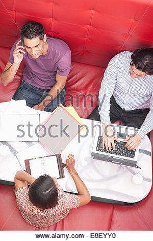 Imprenditore sorridente parlando al cellulare in riunione Immagini Stock