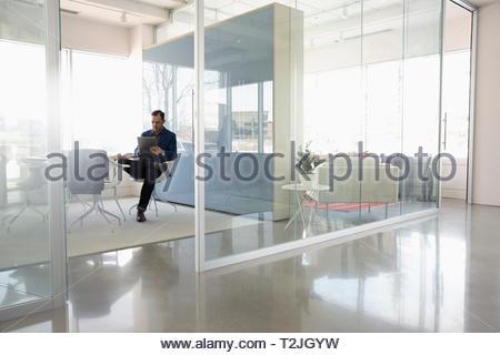 Imprenditore utilizzando digitale compressa nella moderna sala conferenze Immagini Stock