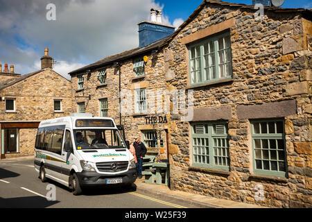 Regno Unito, Cumbria, York, Main Street, imbarco passeggeri Western Dales Società autobus pubblici S3 service per Hawes fuori Dalesman Pub Immagini Stock