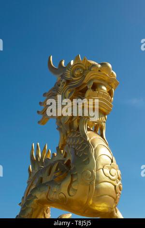 Golden Dragon statua su di un tempio, Vietnam Immagini Stock