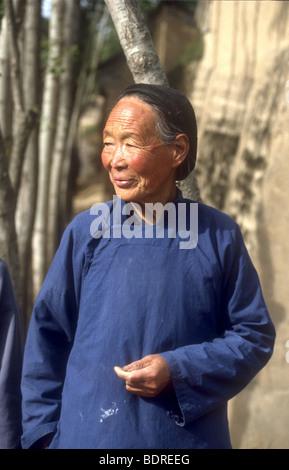 I vecchi Uighur,etniche minoritarie,donna nel paese tradizionali abiti da lavoro a Dunhuang,provincia dello Xinjiang, Immagini Stock