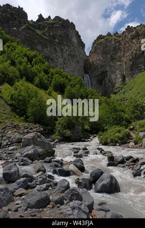 Il dzhily su cascata nella Repubblica Kabardino-Balkar nel Nord Caucaso Distretto federale della Russia. Immagini Stock