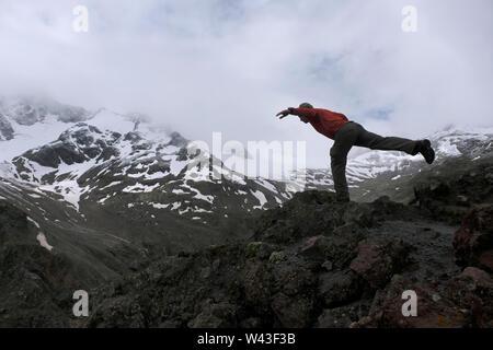 Un escursionista in posa di mount Elbrus la montagna più alta in Europa si trova vicino al confine georgiano in Kabardino-Balkaria e Karachay-Cherkessia nel Nord Caucaso Distretto federale della Russia Immagini Stock
