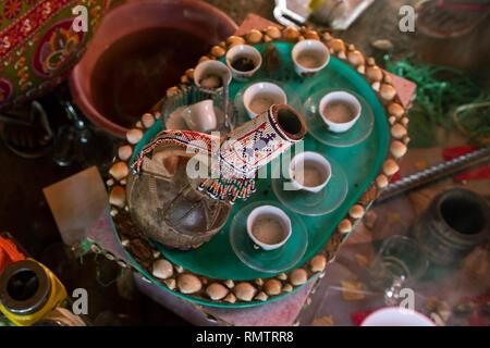 Il caffè sul tavolo in tribù Rashaida, Stato di Kassala, Kassala, Sudan Immagini Stock