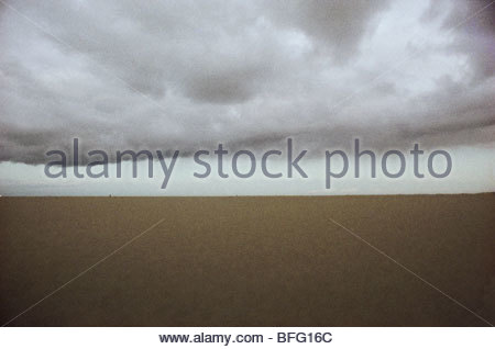 Pioggia nuvole sulla spiaggia, Paesi Bassi Immagini Stock