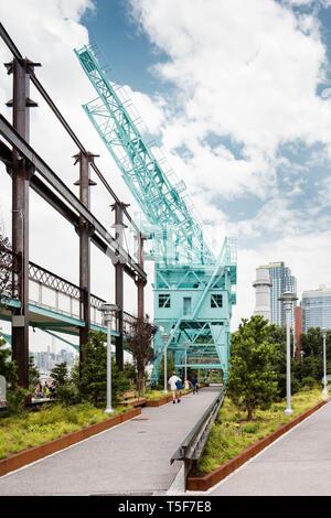 Gantry cranes una volta utilizzate per sollevare la canna da zucchero off chiatte. Domino Park, Brooklyn, Stati Uniti. Architetto: James Corner Field Operations, 2018. Immagini Stock