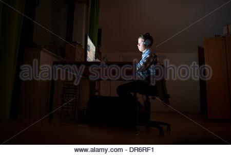 Ragazzo ascoltare musica su un computer Immagini Stock