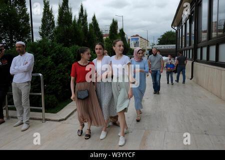 Le giovani donne a piedi nel centro di Grozny capitale della Cecenia ufficialmente la Repubblica cecena nel Nord Caucaso Distretto federale della Russia. Immagini Stock