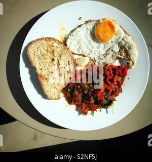 Salsa rossa, uova fritte e pane tostato in una piastra in ristorante a Fatima, Portogallo Immagini Stock