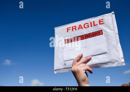 Fragile pacco contro un cielo blu. Immagini Stock