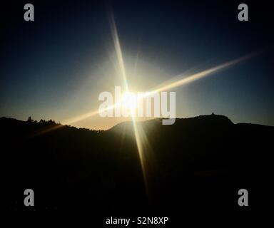 Il sole splende sopra la fortezza Matrera in Prado del Rey, Sierra de Grazalema, Andalusia, Spagna Immagini Stock