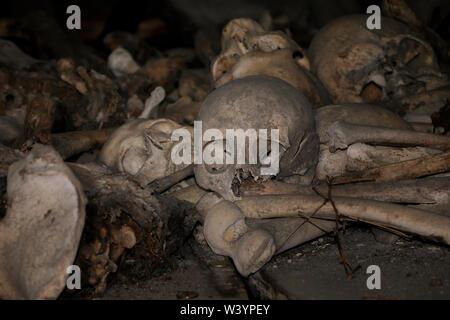 """Teschi e le ossa dentro una cripta alla Alanian necropoli risalente al XII secolo al di fuori del villaggio di Dargavs localmente conosciuta come la città dei morti"""", situato nel distretto di Prigorodnyi della Repubblica del Nord Ossetia-Alania nel Nord Caucaso Distretto federale della Russia. Immagini Stock"""