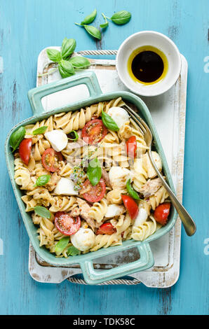 Insalata di pasta con mozzarella e sgombro Immagini Stock