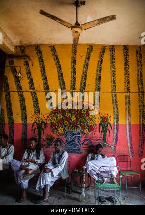Beja trib uomini fumatori tubazioni acqua, rosso lo stato del Mare, Porto Sudan Sudan Immagini Stock