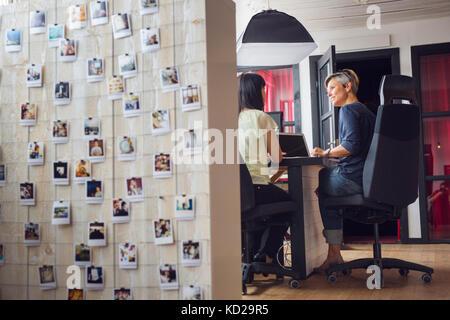 Le donne che lavorano in ufficio Immagini Stock