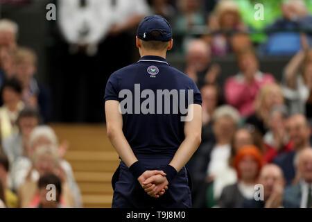 Londra, Regno Unito. Il 19 maggio 2019. Wimbledon Tennis Giocatori Day; una palla ragazzo pronto Credit: Azione Plus immagini di sport/Alamy Live News Immagini Stock