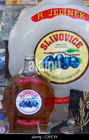 Bottiglie di prugna Slivovice brandy in vendita a Praga, Repubblica Ceca Immagini Stock