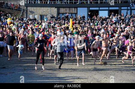 Lyme Regis, Dorset. Il 1° gennaio 2019. Avviare, Lyme affondo, nuovi anni nuotare, Lyme Regis, Dorset Credito: Finnbarr Webster/Alamy Live News Immagini Stock
