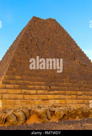 I sacchi di sabbia di protezione a piramidi di kushite governanti a Meroe, Stato settentrionale, Meroe, Sudan Immagini Stock