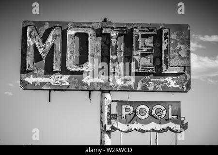 Un fatiscente, vintage motel segno nel deserto dell'Arizona Immagini Stock