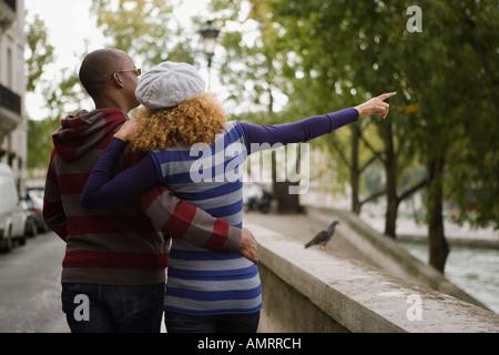 Vista posteriore del giovane africano a piedi Immagini Stock