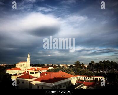 Un round cloud oltre la chiesa di Nostra Signora del Rosario nel santuario di Fatima, Portogallo Immagini Stock