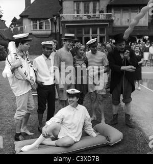 Beach party a Dorothy Squires' casa, foto Harry Hammond. Kent, Regno Unito, 1961 Immagini Stock