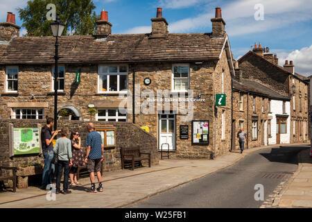 Regno Unito, Cumbria, York, i visitatori su Main Street a Dales & Laghi Book Centre e il Centro di Informazioni Turistiche Immagini Stock