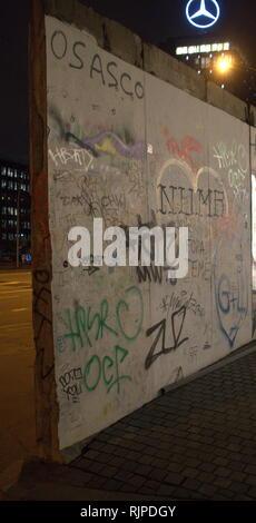 Una fotografia di alcuni dei graffiti arte su un pannello del muro di Berlino Immagini Stock