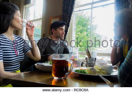 Amici che lavorano insieme in un cafe diner Immagini Stock