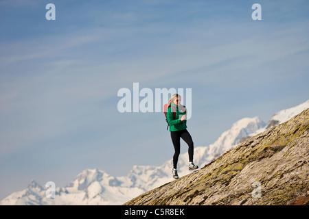 Un runner scorre su una montagna rocciosa. Immagini Stock