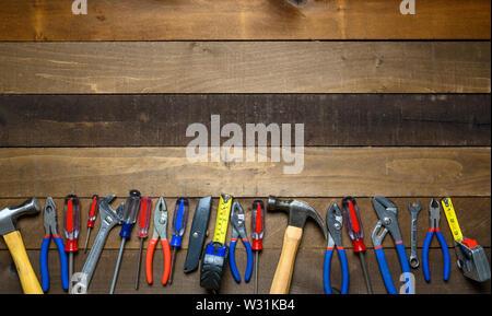 Strumenti di lavoro su sfondo di legno Immagini Stock