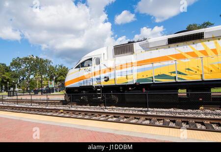 Winter Park Florida Sun convoglio ferroviario alla stazione ferroviari di trasporto di transito di massa Immagini Stock