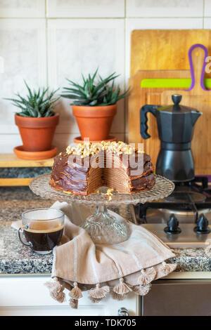 Crêpe al cioccolato torta su un vassoio per dolci in cucina Immagini Stock