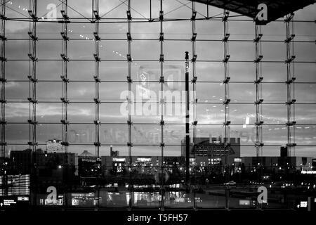 Il vetro anteriore della principale stazione ferroviaria di Berlino con vista dello skyline di sera. Immagini Stock