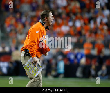 07 gennaio 2019 Clemson Tigers head coach Dabo Swinney sostiene una chiamata durante il campionato nazionale tra i Clemson Tigers e Alabama Crimson Tide a Levi's Stadium di Santa Clara, California. Charles Baus/CSM Immagini Stock