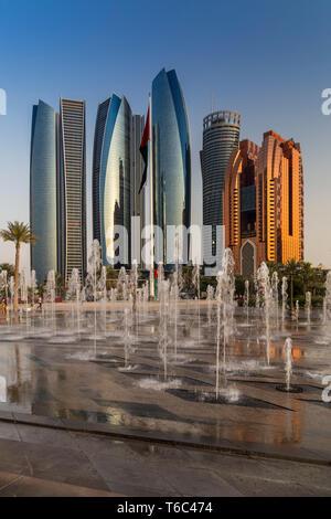 I UAE Abu Dhabi, centro città Skyline Immagini Stock