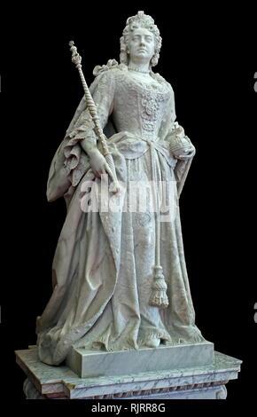 Statua in marmo di Queen Anne da Johannes Michel Rysbrack nella biblioteca presso il Palazzo di Blenheim, Oxfordshire, Inghilterra, è la principale residenza dei duchi di Marlborough. John Michael Rysbrack, (1694 - 1770), era un edificio del xviii secolo dello scultore fiammingo. Immagini Stock