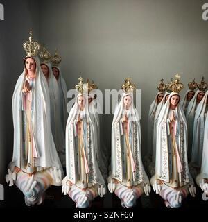Sculture di Nostra Signora di Fatima per la vendita in Fatima, Portogallo Immagini Stock