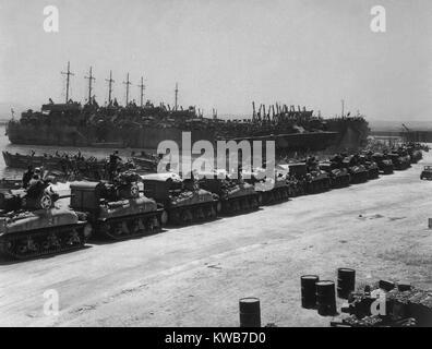 Due giorni prima dell'invasione alleata della Sicilia, serbatoi board landing craft. Le navi sono i francesi Immagini Stock