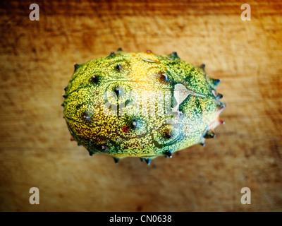 Kiwano o melone cornuto sulla scheda di pane. Immagini Stock