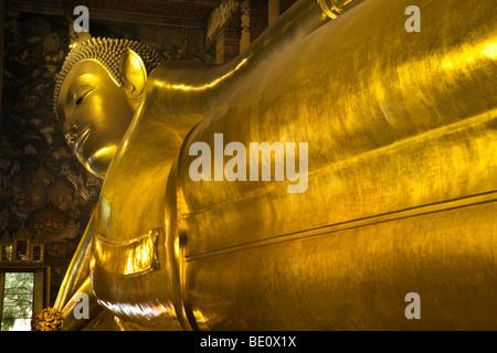 Thailandia, Bangkok, Wat Pho tempio, reclinabili Buddha d'oro Immagini Stock