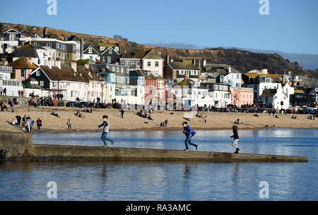 Lyme Regis, Dorset. Il 1° gennaio 2019. Regno Unito: Meteo persone godere il caldo e soleggiato a Lyme Regis, Dorset Credito: Finnbarr Webster/Alamy Live News Immagini Stock