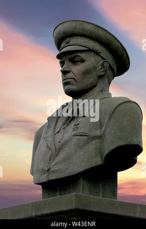 Il busto di URSS eroe sovietico generale Vasily Filipovich Margelov (1908 - 1990) messo a Nazran Memorial per la Repubblica di Inguscezia e la Repubblica dei ceceni deportazione situato nella Repubblica di Inguscezia nel Nord Caucaso Distretto federale della Russia. Immagini Stock