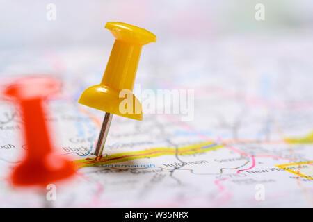 Concetto di viaggio con il rosso e il giallo puntine Immagini Stock