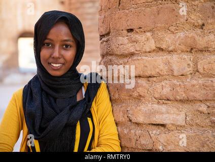 Sorridente ragazza sudanese in moschea Khatmiyah, Stato di Kassala, Kassala, Sudan Immagini Stock
