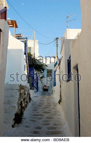 Una strada stretta a Mykonos in Grecia Immagini Stock