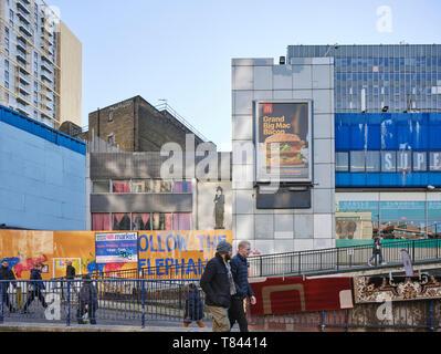 Spazio pubblico e la rampa di accesso al centro commerciale. Elephant and Castle Shopping Centre di Londra, Regno Unito. Architetto: Boissevain e Osmond, 1965. Immagini Stock